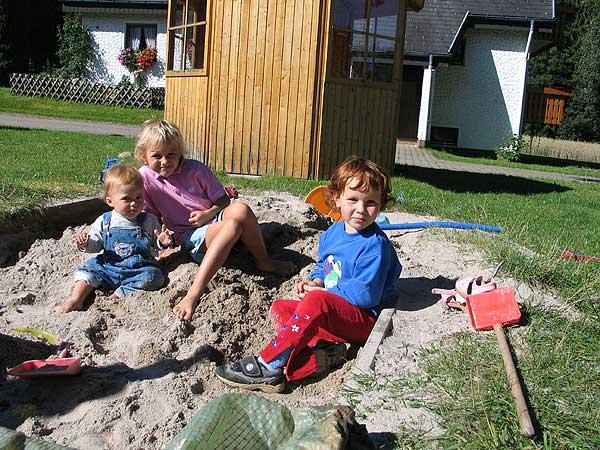 Kinder spielen auf dem Reibehof